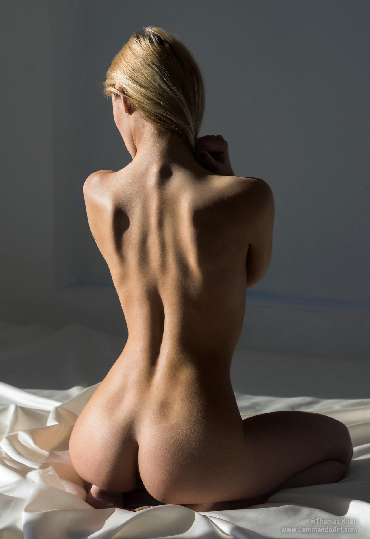 Голая женская фигура со спины фото, много блядей в россии